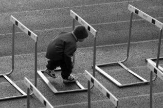 Gli ostacoli sono quelle cose spaventose che vediamo ogni qualvolta distogliamo lo sguardo dalla nostra meta